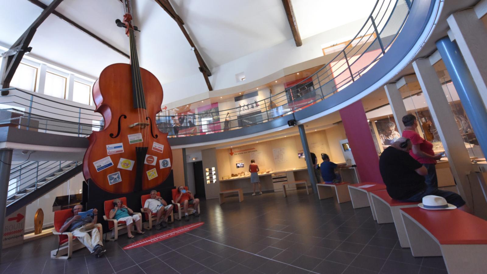Le Musée de la Lutherie et de l'Archèterie se situe à Mirecourt.